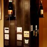 Säule zum Thema Wein mit alten Etiketten
